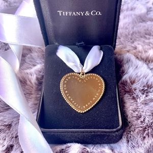 TIFFANY & CO. 18K Yellow Gold Twist Heart Charm